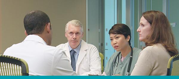 L'équipe des cliniciens lisent une recommandation pendant une réunion